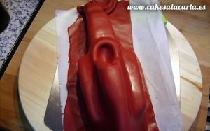 Bizcocho con forma de coche cubierto de fondant rojo